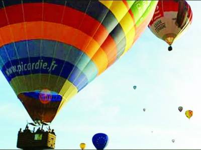 فرانس میں منچلوں نے گرم ہوا کے غبارے میں میوزیکل کنسرٹ سجا لیا