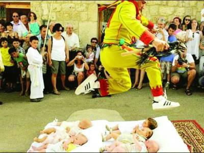 سپین ، نومولود بچوں کے اوپر سے چھلا نگیں لگانے کا تہوار