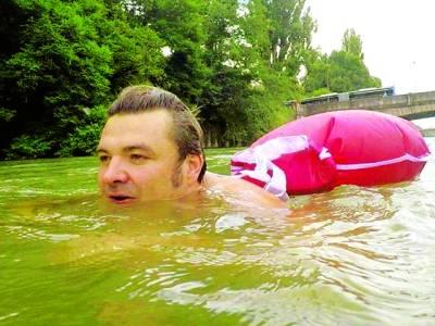 روزانہ دریا میں تیر کر کام پر جانے والا شخص
