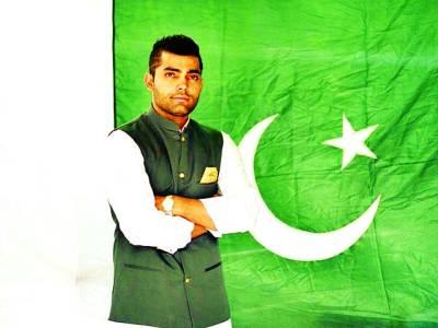 عمر اکمل کی قومی پرچم کے سامنے کی تصویر سوشل میڈیا پر وائرل