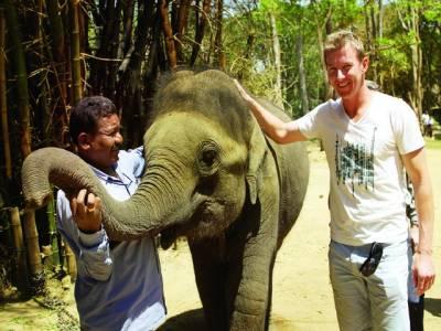 سابق کرکٹر بریٹ لی ہاتھیوں کے ساتھی بن گئے