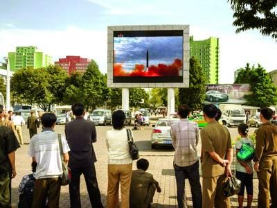 پیانگ یانگ: شمالی کوریا کے شہری سڑک کنارے نصب سکرین پر میزائل کانیاتجربہ دیکھ رہے ہیں' شمالی کوریا نے کہا ہے کہ سلامتی کونسل کی نئی پابندیاں جنگی اقدام ہے