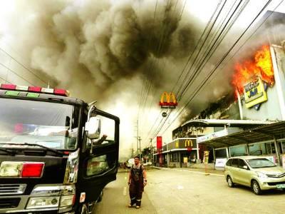 منیلا: فلپائن کے شہر داؤکے ایک شاپنگ پلازہ کو لگی آگ کا منظر' آتش زدگی کے باعث پلازے میں موجود 37افراد جاں بحق ہوگئے