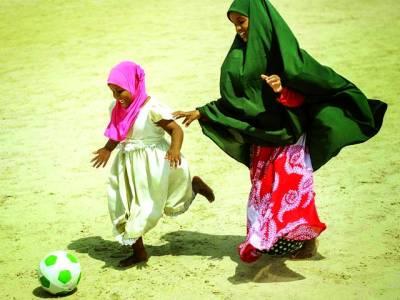 موغا دیشو: دو صومالین بچیاں فٹبال کھیل رہی ہیں