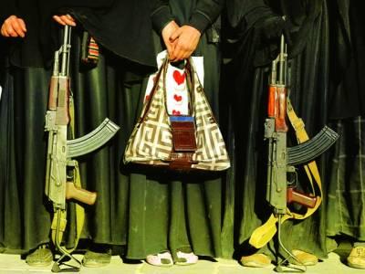 صنعاء: یمنی حکومت کے خلاف مظاہرے میں خواتین اسلحہ پکڑے شریک ہیں