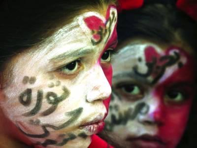 منامہ: ایک بچی قومی پرچم کے رنگ لگائے مظاہرے میں شریک ہے