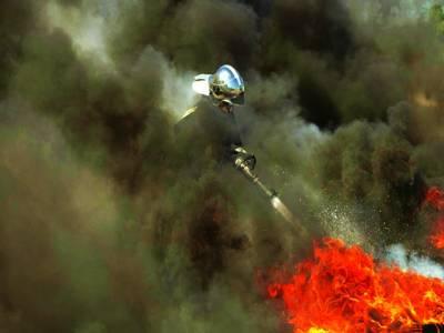 ہیٹی: ریسکیو اہلکار مظاہرین کی جانب سے ٹائروں کو لگی ہوئی آگ بجھا رہا ہے