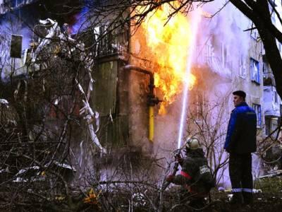 میڈرڈ: ریسکیواہلکار گھر کو لگی ہوئی آگ کو بجھا رہا ہے