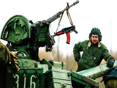 کیف: سکیورٹی اہلکار ٹینک کے پاس کھڑا ہے