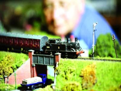 پیرس: ایک شخص نمائش میں ٹرین کا ماڈل دیکھ رہا ہے