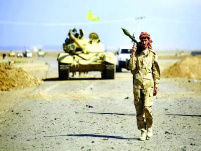صنعاء:یمنی فوجی راکٹ لانچر کندھے پر رکھے جا رہا ہے