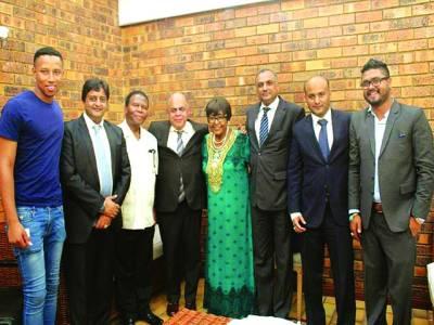 جوہانسبرگ،جنوبی افریقہ میں تعینات پاکستان کے سفیر ، نیلسن منڈیلا کی بیوی مدر آف جنوبی افریقہ مانا وینی و دیگر کے ہمراہ گروپ فوٹو