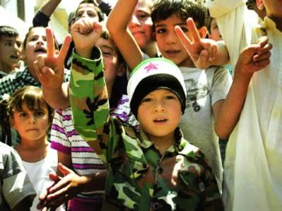 دمشق: شامی مہاجر بچے کیمپ میں خوراک کے حصول کیلئے نعرے بازی کر رہے ہیں