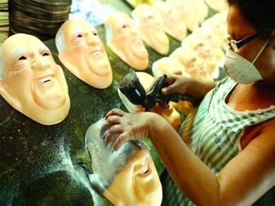 برازیلیا:ایک آرٹسٹ خاتون پوپ فرانسس کا ماسک تیار کر رہی ہے