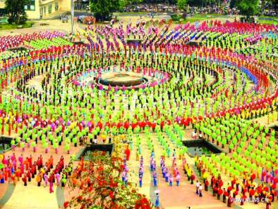 ینان:چینی لوگ قومی تقریب میں پرفارم کر رہے ہیں