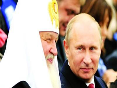 ماسکو: روسی صدر ولادی میر پیوٹن ایک تقریب میں ساتھ بیٹھے ہوئے پادری کو دیکھ رہے ہیں