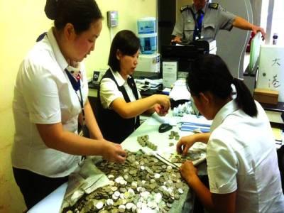 جیانگزو: بینک اہلکار سکے گن رہی ہیں