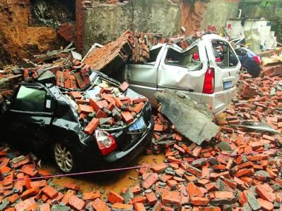 بیجنگ: اچانک دیوار گرنے سے دو گاڑیوں کی تباہی کا منظر