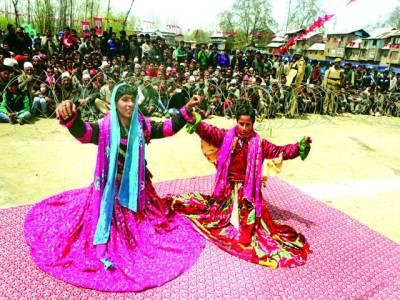 سری نگر: شادی کی تقریب کے موقع پر کشمیری لڑکیاں رقص کر رہی ہیں