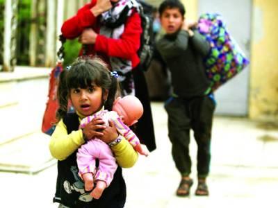 دمشق: ایک بچی گڑیا اٹھائے اپنی والدہ اور بھائی کے ہمراہ نقل مقانی کر رہی ہے
