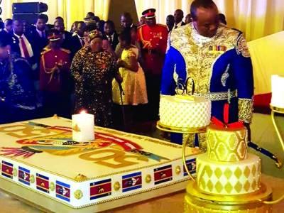 لوبامبا، 'ایسوتینی کے بادشاہ مسواتی تھری اپنی 50ویں سالگرہ کا کیک کاٹ رہے ہیں