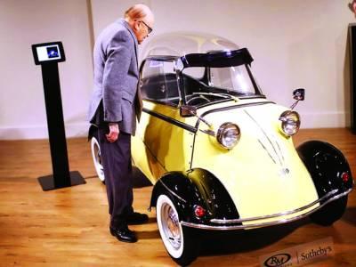 نیو یارک: پرانی گاڑیوں کی نیلامی میں ایک شخص 1960کی بنی ہوئی ٹائیگر ٹی جی 500کار کو دیکھ رہا ہے