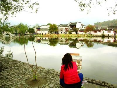 بیجنگ: جھیل کے کنارے مصورہ پینٹنگ کر رہی ہے