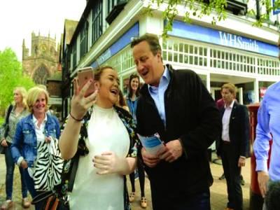 لندن: سابق وزیر اعظم ڈیوڈ کیمرون ایک خاتون کے ساتھ سیلفی بنا رہے ہیں