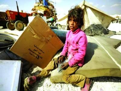 ایلپاؤ: بے گھر بچی بکھرے ہوئے سامان کے پاس بیٹھی ہوئی ہے