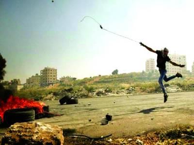 رام اللہ: فلسطینی اسرائیلی فوجیوں پر پتھر پھینک رہاہے