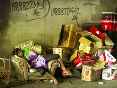 تائی پے: ایک خاتون سٹور میں کام کرنے کے دوران تھکاوٹ کی وجہ سے آرام کررہی ہے