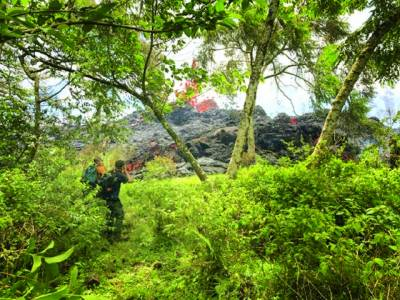 ہوائی: ایک پہاڑ سے اگلنے والے آتش فشاں کا منظر