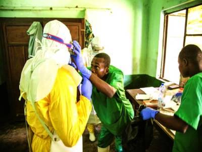 کانگو: ایک ہسپتال میں ڈاکٹرایبولاکے متاثر مریض کا معائنہ کررہاہے