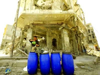 دمشق: ایک شامی شہری تباہ حال عمارت کے سامنے ڈرموں میں شربت تیارکررہاہے