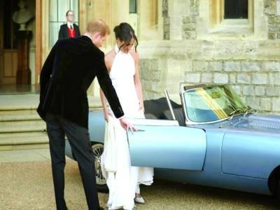 لندن: شہزادہ ہیری اپنی دلہن کو کار میں بٹھارہے ہیں جس کا نمبر شادی کی تاریخ کا دن یعنی 19518ہے