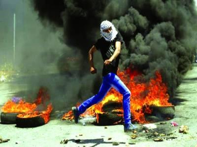 غزہ: فلسطینی اسرائیلی فوجیوں پر پتھراؤ کر رہا ہے