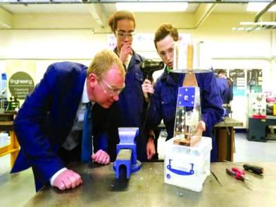 لندن: لبرل پارٹی کے لیڈر ٹم فیرون باتھ کالج کے دورہ کے موقع پر طلباء سے تیار کئے گئے پراجیکٹ کے بارے میں پوچھ رہے ہیں