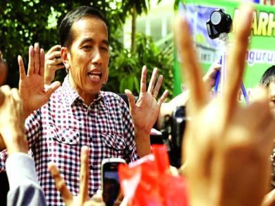 جکارتہ: انڈونیشین رہنما جوکو ویدودو ایک تقریب میں اپنے ورکرزکے ساتھ باتیں کر رہے ہیں