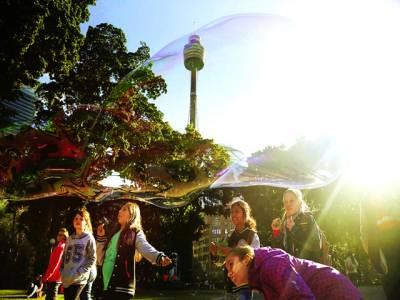 سڈنی: بچیوں کا گروپ خوشی میں چھٹیاں ہونے کے باعث باغ میں پانی کے بلبلے بنا رہا ہے