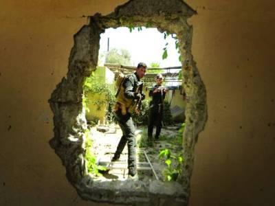 الحدیدہ:عرب اتحادی فوج کے اہلکار حوثی باغیوں پر حملہ کر رہے ہیں