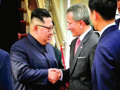 سنگاپورکے وزیرخارجہ ویون شمالی کوریا کے رہنما کم جان ان کو ائیرپورٹ پر خوش آمدید کہہ رہے ہیں