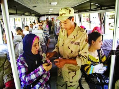 قاہرہ: خاتون ٹکٹ خرید رہی ہے