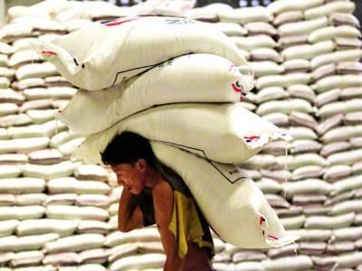 منیلا: مزدور چاول کی بوریاں اٹھا ئے ہوئے ہے، فلپائن نے ویتنام سے دو لاکھ ٹن چاول خریدنے کا فیصلہ کیا ہے