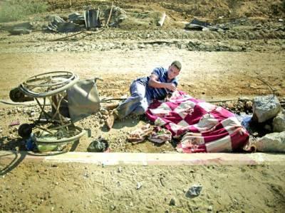 غزہ: بے گھر فلسطینی شخص سڑک کنارے بیٹھا ہو اہے