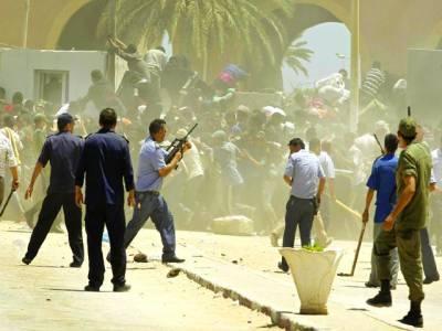 غزہ: اسرائیلی سکیورٹی اہلکار احتجاج کرنے والے فلسطینیوں کو منتشر کرنے کیلئے ہوائی فائرنگ کر رہے ہیں