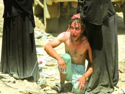 موصل: عراقی خاتون اپنے بیٹے کو نہلا رہی ہے