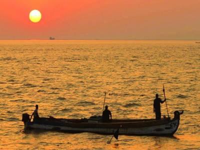 بغداد:عراقی ماہی گیر کشتی میں سفر کر رہے ہیں