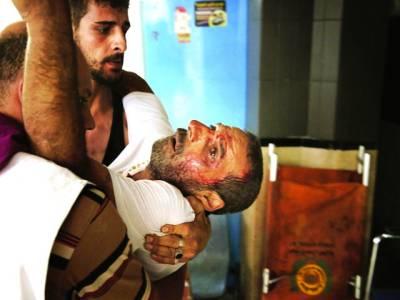غزہ: فلسطینی اپنے زخمی ساتھی کو طبی امداد کیلئے لیکر جا رہے ہیں