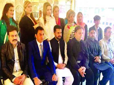 جوہانسبرگ:مسلم لیگ (ن )کے عہدیداران کی پاکستان مسلم لیگ ق میں شمولیت کے موقع پر عذرا قاضی، بشری محمود ، سید رضوان ہاشمی،نعیم وڑائچ ،چوہدری دلاور گجر و دیگر کا گروپ فوٹو