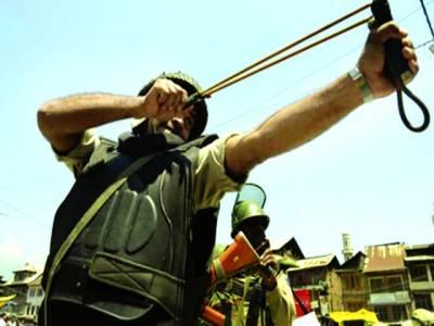 سری نگر: بھارتی فوجی مظاہرین پر غلیل سے ربڑ کی گولی پھینک رہا ہے